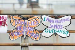 Affiches autour du centre de détention métropolitain Images stock