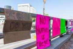 Affiches autour du centre de détention métropolitain Photos stock