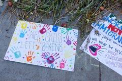 Affiches autour du centre de détention métropolitain Photo stock