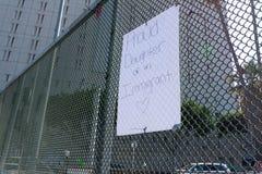 Affiches autour du centre de détention métropolitain Photos libres de droits