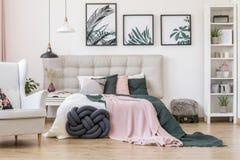 Affiches dans l'intérieur confortable de chambre à coucher photographie stock libre de droits