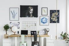 Affiches dans l'intérieur d'espace de travail Photographie stock
