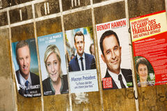 Affiches de campagne pour l'élection 2017 présidentielle française dans un petit village Image stock