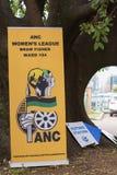 Affiches de parti politique au bureau de vote pour les élections nationales sud-africaines photos stock