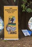 Affiches de parti politique au bureau de vote pour les ?lections nationales sud-africaines image libre de droits