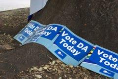 Affiches de parti politique au bureau de vote pour les ?lections nationales sud-africaines images stock