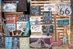 Affiches de signes de boardes en bois de vintage vieilles avec des phras de motivation Images libres de droits