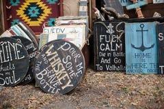 Affiches de signes de boardes en bois de vintage vieilles avec des phras de motivation Photographie stock