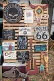 Affiches de signes de boardes en bois de vintage vieilles avec des phras de motivation Photos stock