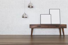 Affiches op donkere houten lijst, concrete muur Royalty-vrije Stock Afbeeldingen