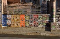 Affiches sur la barrière Photo stock