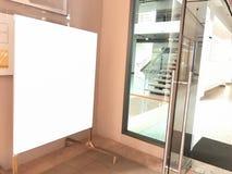 Affiches vides d'intérieur de panneau d'affichage dans le bâtiment Advertisin vide Image stock