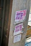 Affiches voor abortus op een muur in Johannesburg Royalty-vrije Stock Foto's