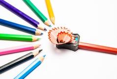 Affilage d'un crayon de couleur Photographie stock