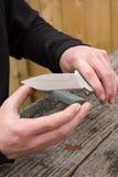 Affilage du couteau de chasse Images stock
