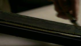 Affilage du couteau de pochoir Fermez-vous vers le haut de la lame en acier estropant le mouvement clips vidéos