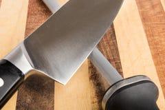Affilage du plan rapproché de couteau Image stock