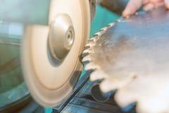 Affilant la circulaire a vu, travailleur affile une lame de scies circulaire Image libre de droits
