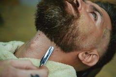 Affilatissimo barbershop Forbici del barbiere Crema da barba dei sandali Cera dei baffi La preparazione dei capelli è appena per  immagine stock