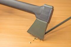 Affilatura della matita con un'ascia Fotografia Stock
