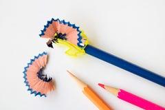 Affilez le crayon de couleur avec l'affûteuse images stock