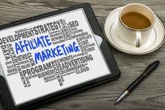 Affili la commercializzazione scritta a mano sul pc della compressa con le parole relative Fotografia Stock