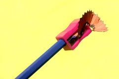 Affili una matita su fondo giallo fotografia stock libera da diritti