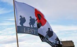 Affinchè non dimentichiamo il volo della bandiera in un porto in Kent England immagini stock libere da diritti