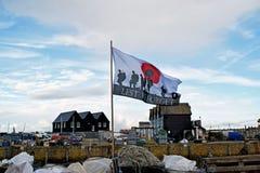 Affinchè non dimentichiamo il volo della bandiera in un porto in Kent England immagini stock