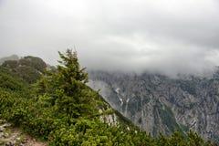 Affioramento della montagna rocciosa con la nuvola d'attaccatura bassa Fotografie Stock Libere da Diritti