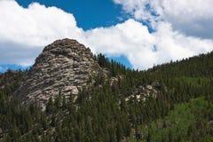 Affioramento roccioso sul pendio di collina Fotografie Stock