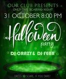 Affisch för inbjudan för vektorhalloween parti med handbokstäveretiketten - halloween - med den kokande häxakitteln stock illustrationer