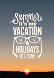Affisch för sommarferier Vektortypografidesign på solnedgångbakgrund 10 eps Fotografering för Bildbyråer