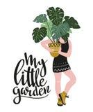 Affisch med den unga kvinnan som odlar hem- tropiska växter och text - ` min lilla trädgårds- `, Hand tecknad vektorillustration vektor illustrationer