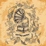 Affisch med tappninggrammofonen, rosor, sidor, fjädrar och bandbanret på åldrig pappers- bakgrund Retro hand dragen vektorillust Royaltyfri Bild