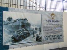 Affisch som visar den befria invasionen vid Förenta staternastyrkorna på Anzio, Italien duringWorldkrig II arkivfoto