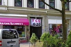 Affischen som ska visas på toppmötet G20 i Hamburg med inskriften i tysk ` på engelska Hamburg för G 20 för ` FCK, visar inställn Arkivbild