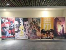 Affischer av de nya filmerna i en bio Royaltyfria Bilder