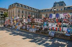 Affischer av sceniska lekar som fästs till ett byggnadsraster i centret av Avignon Arkivfoton
