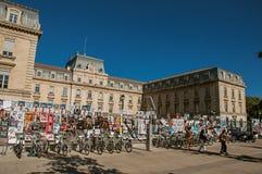 Affischer av sceniska lekar som fästs till ett byggnadsraster i centret av Avignon Arkivbild
