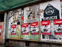 Affischer på en gammal byggnad i Poznan royaltyfri fotografi