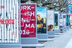 Affischer som annonserar de kommande filmerna under Berlinale 2018 Royaltyfri Bild