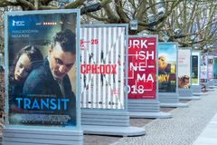 Affischer som annonserar de kommande filmerna under Berlinale 2018 royaltyfria bilder