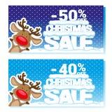 Affischjulförsäljning med roliga jultomten hjortar och text från stora bokstäver på snö Tecknad filmstil också vektor för coreldr Arkivbilder