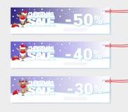 Affischjulförsäljning med roliga jultomten hjortar och text från stora bokstäver på snö Tecknad filmstil också vektor för coreldr Royaltyfri Fotografi