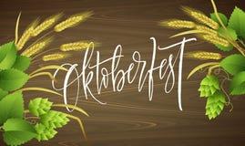 Affischmallen av det Oktoberfest ölpartiet med olika objekt gällde med ölfestival och handskriftbokstäver Royaltyfri Foto