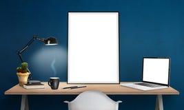 affischram och bärbar dator på kontorsskrivbordet för modell Arkivbilder