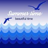 Affischsommartid, härlig tid, havsblåttvågor, himmel med fåglar på bakgrund Arkivbild