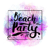 Affischstrandparti på en moderiktig tropisk vattenfärgbakgrund, exotiska palmträd Kort etikett, reklamblad, banerdesign