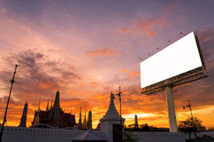 affischtavla över aftonhimmel på templet för din annonsering arkivbilder